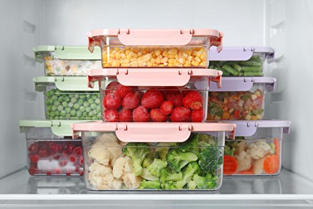 タッパーで仕分けられた冷蔵庫