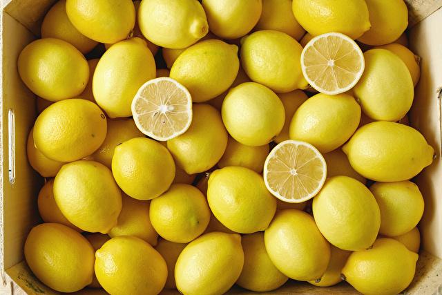 箱に入ったたくさんのまるごとレモン