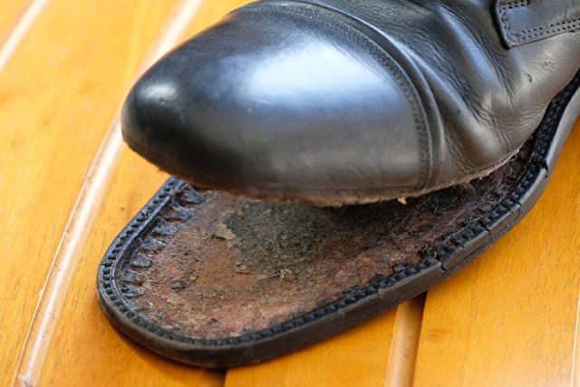 剥がれた革靴