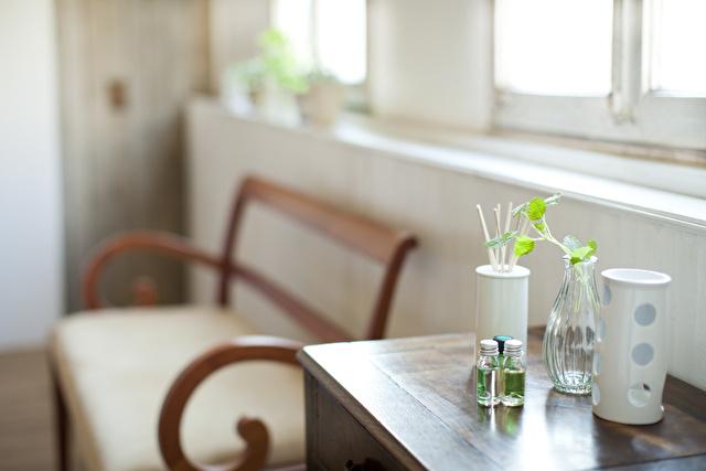 窓辺のテーブルに置かれた芳香剤やアロマグッズ