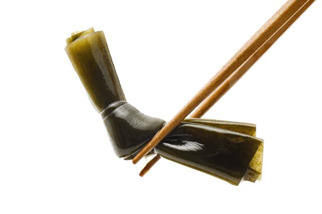昆布を箸ではさむ女性