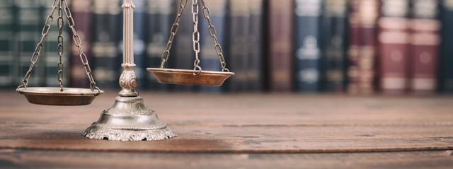 木製の背景に正義と法の本