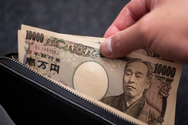 財布の中からお金を出している様子