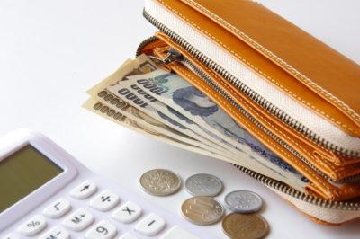 財布の中のお金と電卓