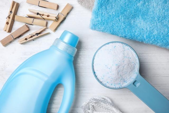 白い木製の背景に洗濯洗剤
