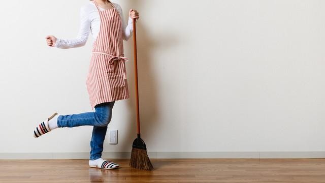 部屋の掃除をする女性