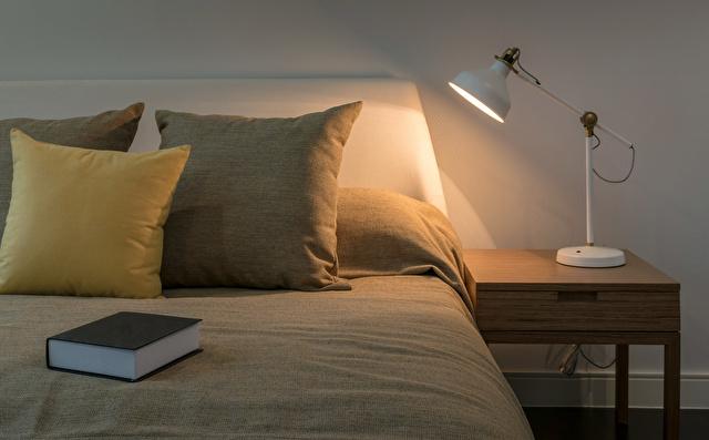 寝室ベッドとランプ