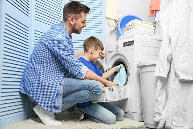 洗濯機に入れてる親子