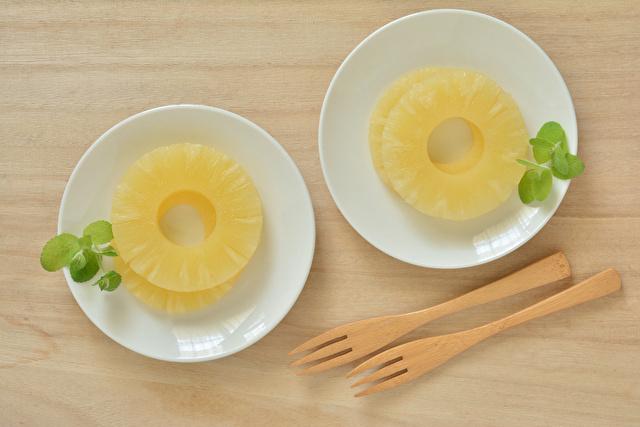 白い器に輪切りのパイナップル