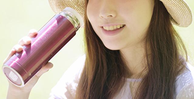 水筒を持つ笑顔の女性