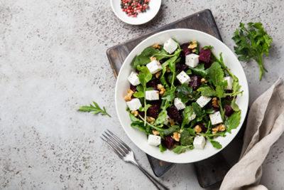 ルッコラがメインのサラダ、白いお皿に