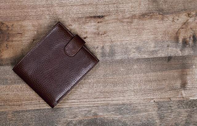 茶色の二つ折り財布