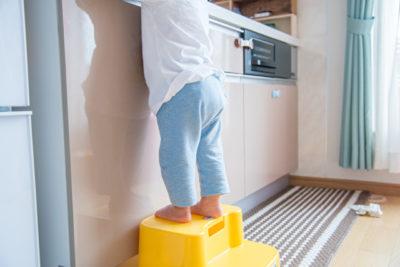 台所に立っている子供