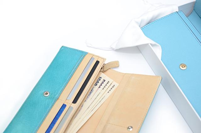 水色の長財布