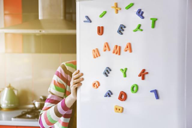 冷蔵庫の中を物色する