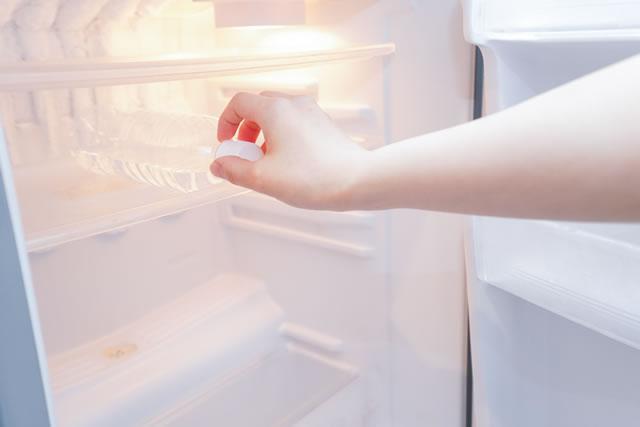冷蔵庫から水を取り出す