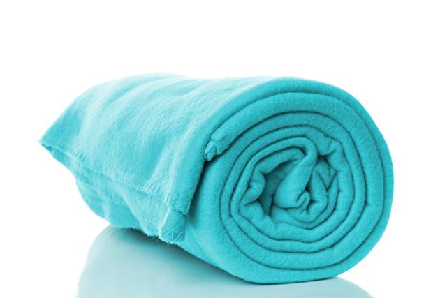 丸められたフリース素材の毛布