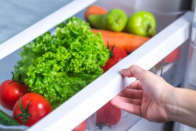 冷蔵庫の野菜室を開ける
