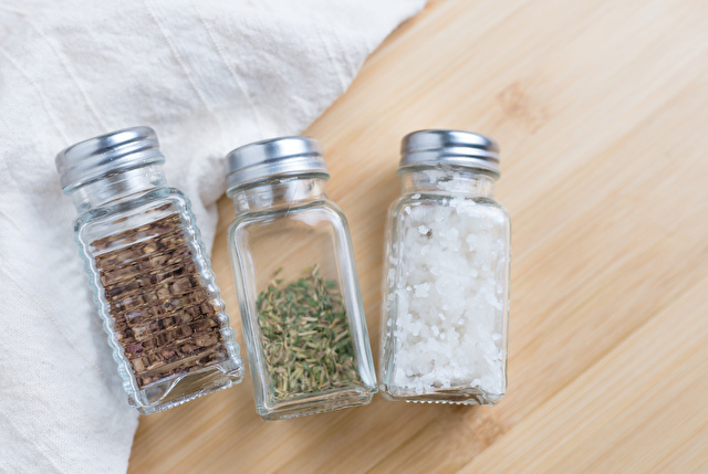 スパイスと塩の入ったガラス製調味料入れ