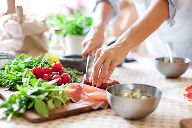 調理する女性の手