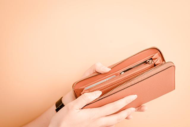 サーモンピンクの長財布
