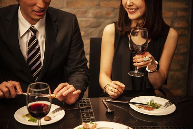 レストランで食事する男女