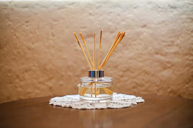 テーブルの上の芳香剤スティック