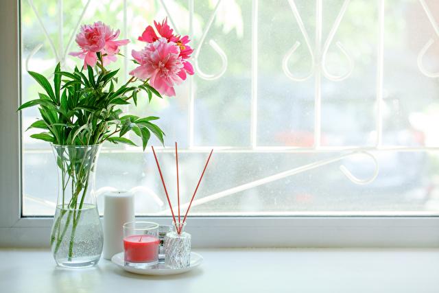 窓辺にある花と芳香剤スティック