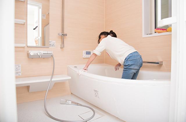 風呂掃除をする子供