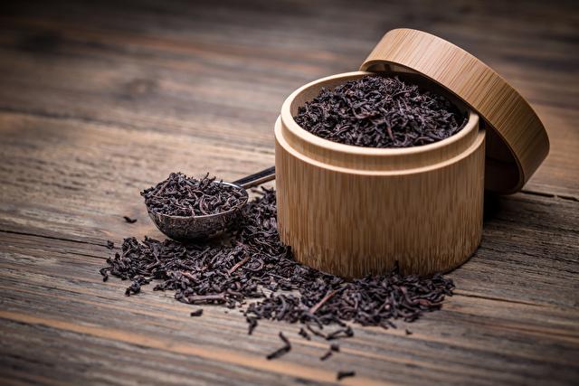 紅茶の入った竹の容器