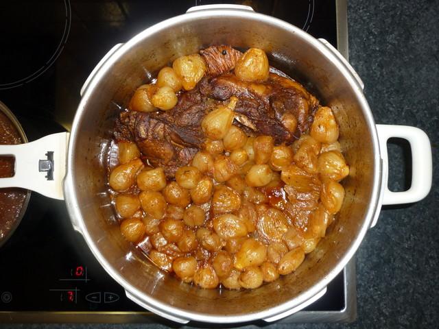 圧力鍋の中の肉と玉ねぎ