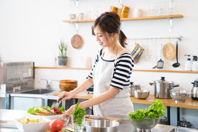 キッチンで料理を作る女性