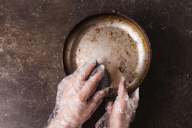 サビたフライパンを洗う
