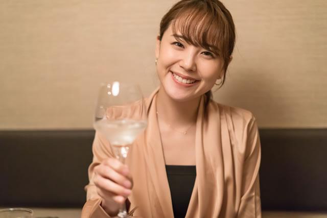 女性・乾杯