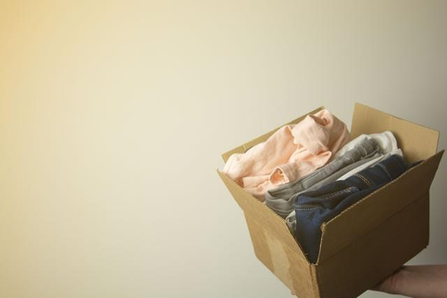 箱に入った子供服
