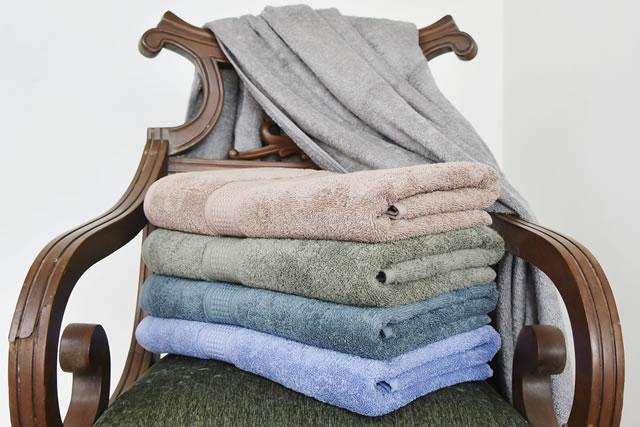 椅子に積まれているバスタオル