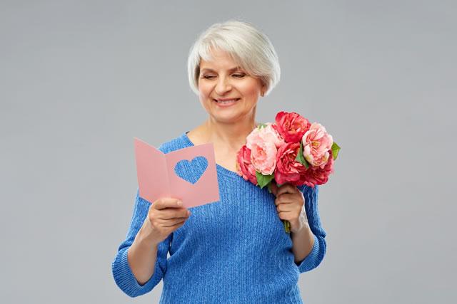 つばきの花束を持っている女性