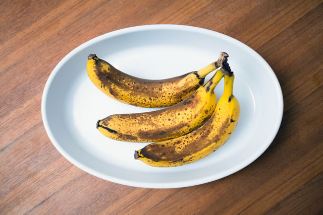 皿に乗ってるバナナ