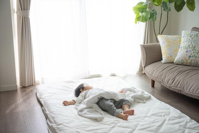 布団でお昼寝中の赤ちゃん