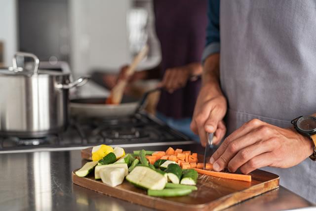まな板で野菜を切る