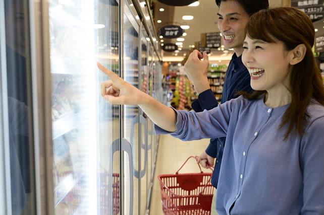 冷凍食品のエリアを眺めるカップル
