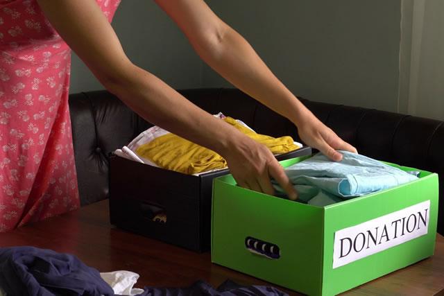 子供服を箱に詰める