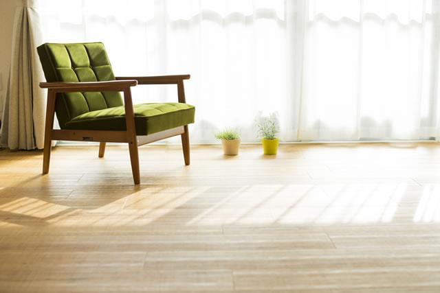 緑のソファときれいな床