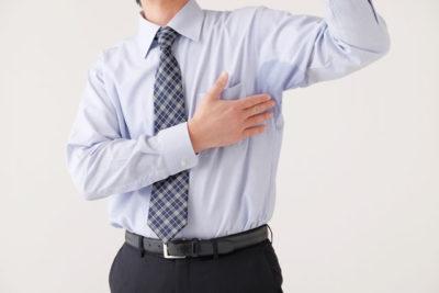 脇汗をきにする男性