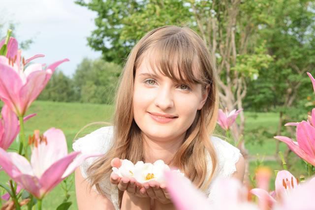 つばきの花を持つ女性