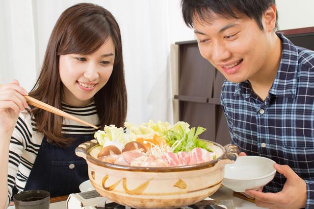 水菜を食べようとしている男女