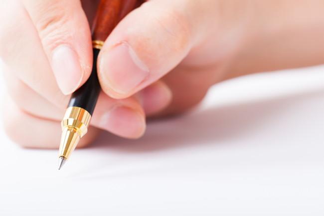 金色のボールペンのペン先