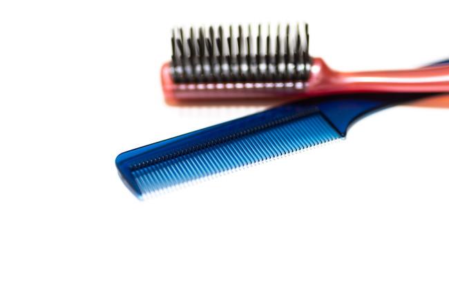 赤いヘアブラシ青いとコームブラシ