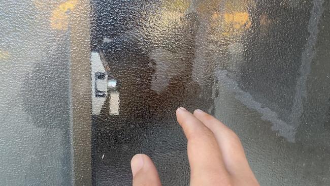 鍵とすりガラスに反射する不審者と手