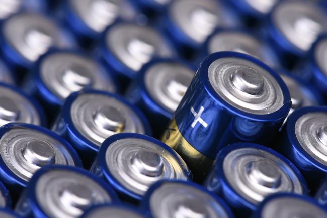 きれいに並べられた未使用の乾電池